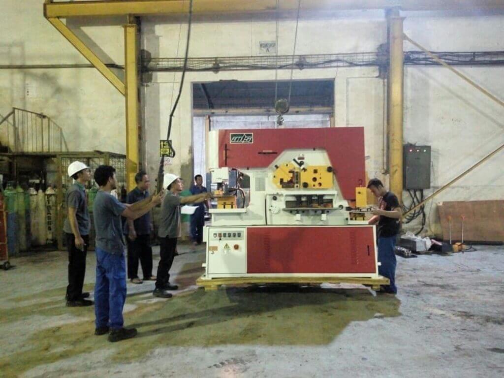 Mesin Iron Worker merk ADS saat unloading di customer